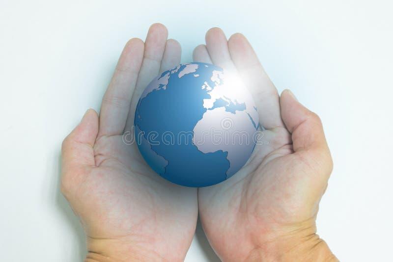Geïsoleerde geopende handen en de aarde stock foto's