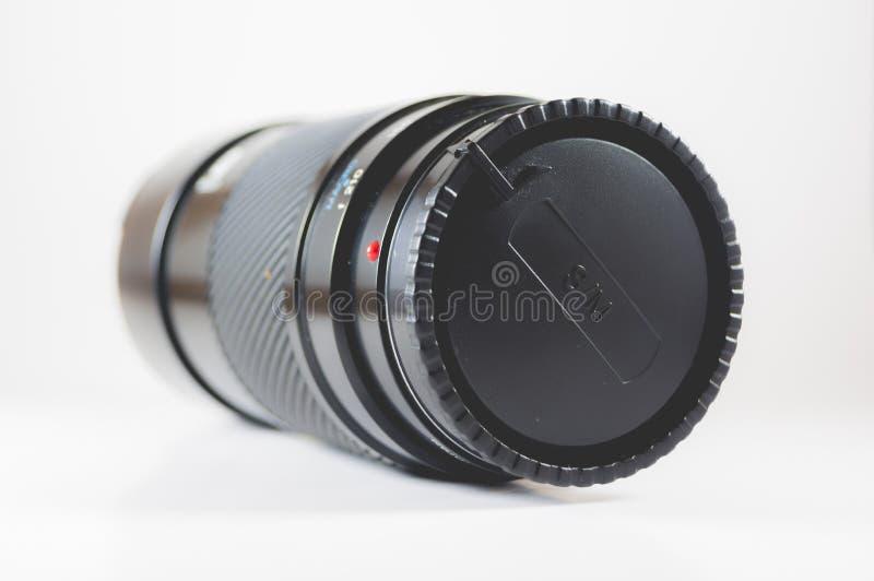 Geïsoleerde gesloten cameralens op een witte oppervlakte met een witte achtergrond royalty-vrije stock afbeelding