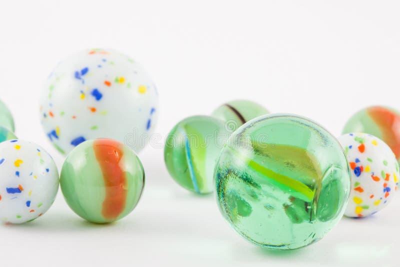 Geïsoleerde glas marmeren ballen stock afbeelding