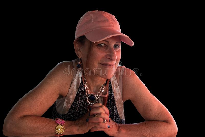 Geïsoleerde glimlachende sportieve hogere baby die boomer roze GLB dragen met royalty-vrije stock foto