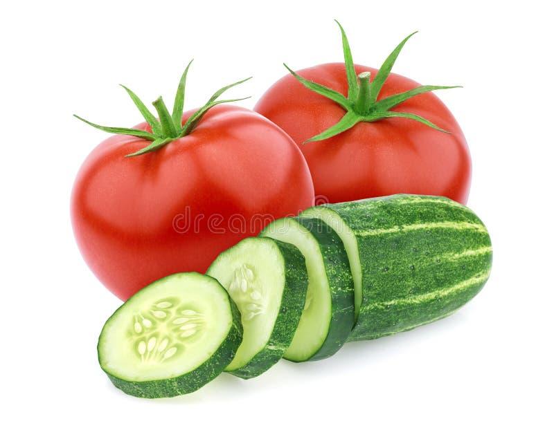 Geïsoleerde groenten Verse tomaat en komkommer die op witte achtergrond wordt geïsoleerd stock afbeelding