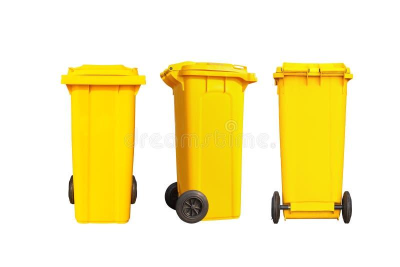 Geïsoleerde grote gele huisvuilbak of vuilnisbak met zwarte wielen stock foto
