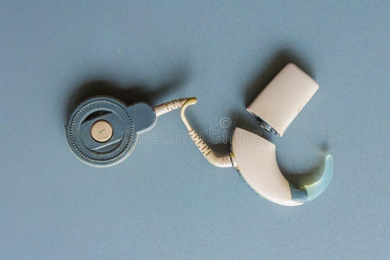 Geïsoleerde individuele gehoorapparaatdelen royalty-vrije stock foto's