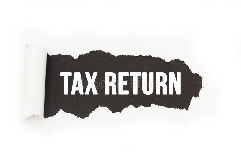 Geïsoleerde inschrijving 'belastingaangifte 'op een zwarte achtergrond, document breuk royalty-vrije illustratie