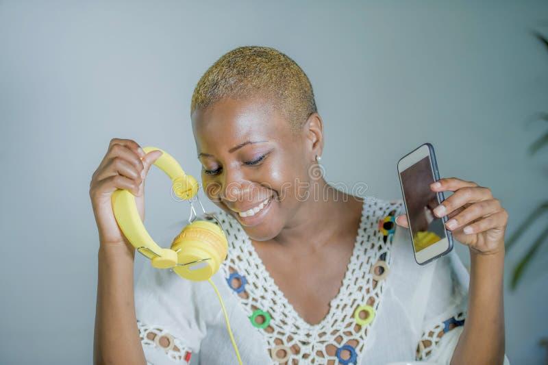 Geïsoleerde jonge aantrekkelijke en gelukkige zwarte afro Amerikaanse vrouw ho stock afbeeldingen