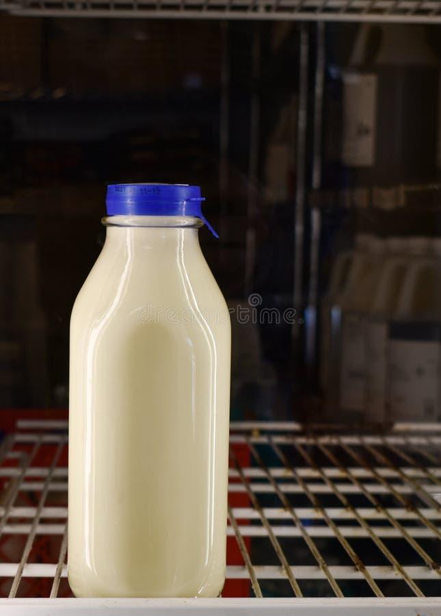 Geïsoleerde kwart gallon witte melk in uitstekende glascontainer in kruidenierswinkelopslag royalty-vrije stock fotografie