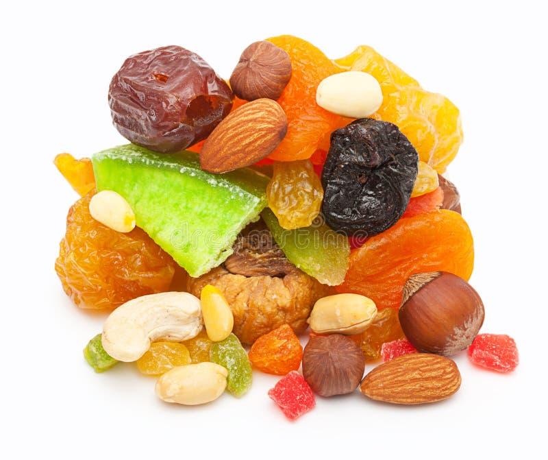 Geïsoleerde mengelings droge vruchten en noten royalty-vrije stock afbeelding