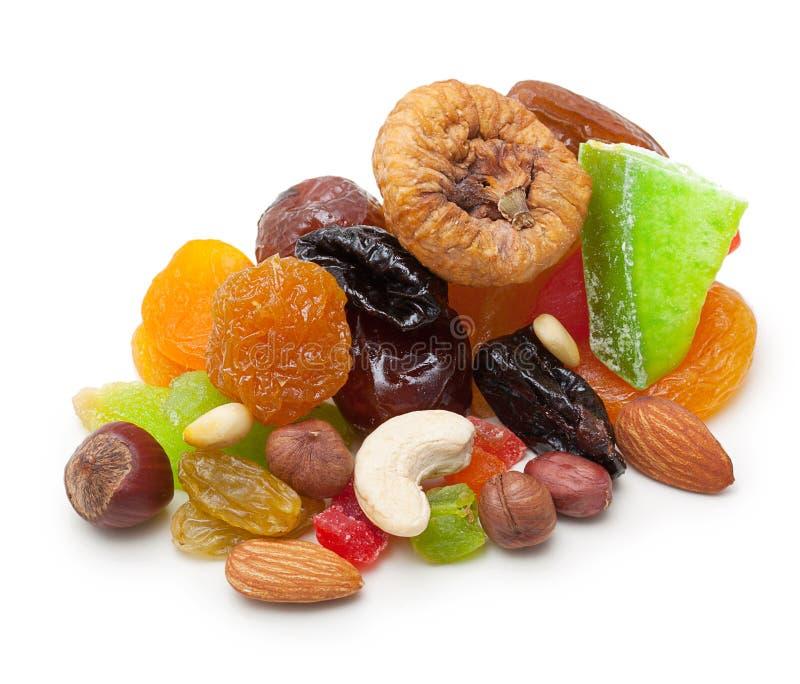 Geïsoleerde mengelings droge vruchten en noten stock foto's