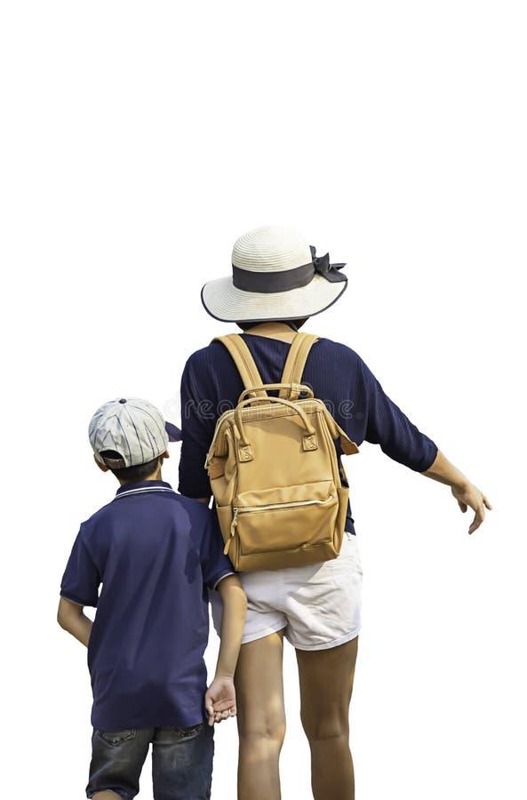 Geïsoleerde Moeder en zoon die op een witte achtergrond met het knippen van weg lopen royalty-vrije stock afbeelding