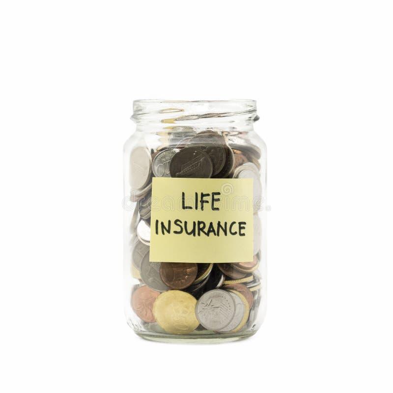 Geïsoleerde muntstukken in kruik met levensverzekeringsetiket stock afbeeldingen