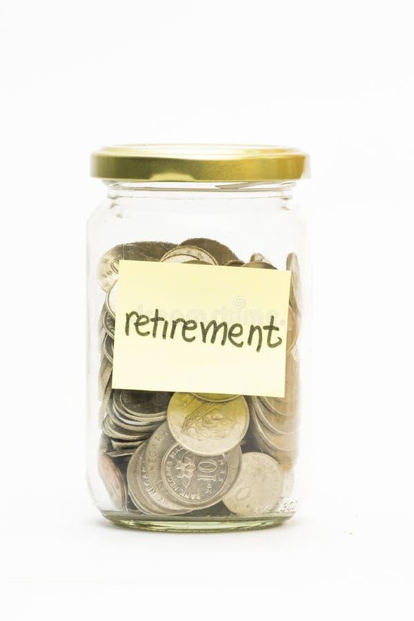 Geïsoleerde muntstukken in kruik met pensioneringsetiket royalty-vrije stock afbeeldingen