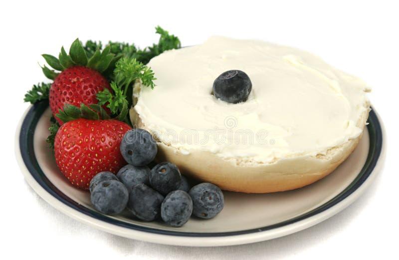 Geïsoleerde ongezuurd broodje & Fruit stock foto