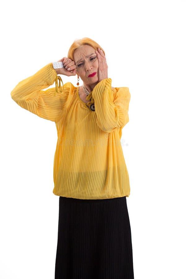 Geïsoleerde oude vrouw met pillen royalty-vrije stock foto's