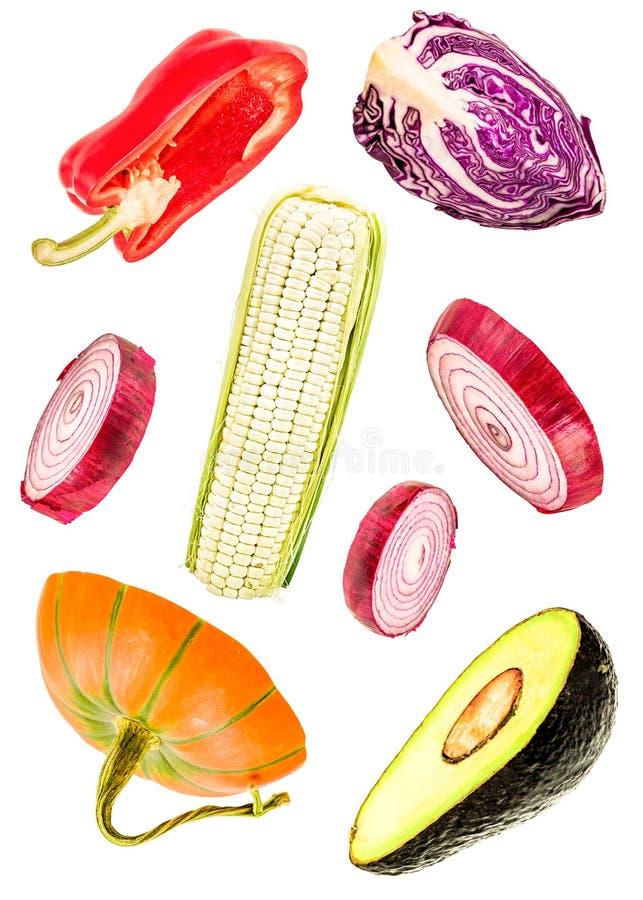 Geïsoleerde plakken van groenten het vallen sneed uien, pompoen, graan, avocado, groene paprika en rode kool stock illustratie