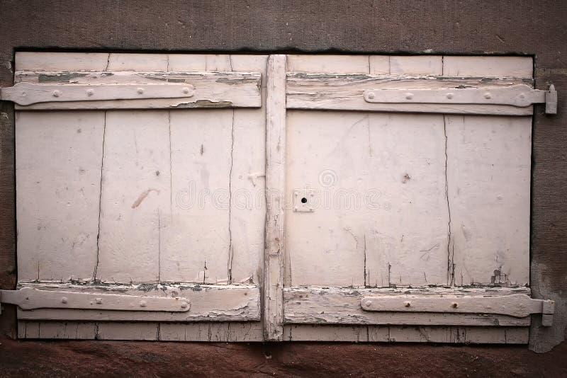 Geïsoleerde retro houten vensterblinden stock foto