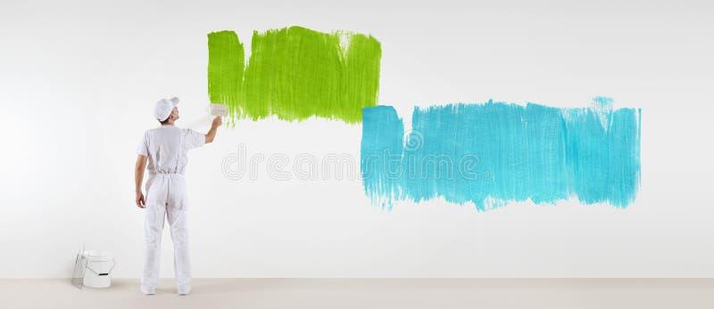 Geïsoleerde schildersmens met verfborstel het schilderen kleurensteekproeven, stock afbeelding