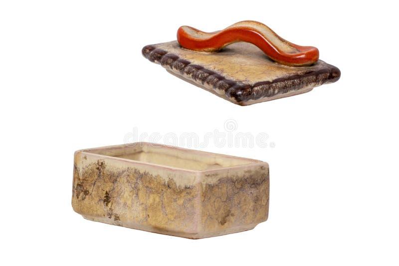 Geïsoleerde sigaretdoos Close-up van antiek bruin sigaretgeval met een rood die handvat van ceramisch wordt gemaakt geïsoleerd op stock foto
