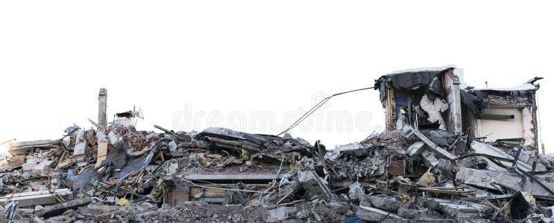 Geïsoleerde stapel van puin van een ontmanteld gebouw bij een vernielingsplaats stock afbeeldingen