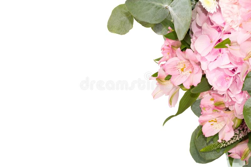 Geïsoleerde tedere bloemendecoratie op de witte lijst Boeket van roze bloemen Vlak leg stock afbeeldingen