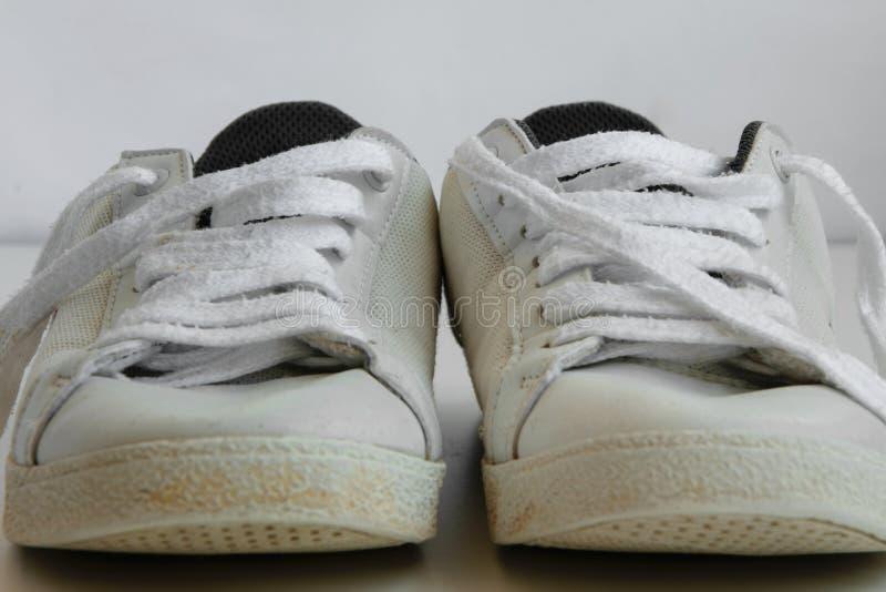 Geïsoleerde tennisschoenen op witte achtergrond stock afbeeldingen