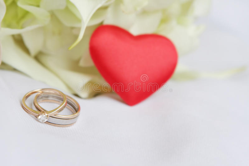 Geïsoleerde trouwringen en bruids boeket royalty-vrije stock afbeeldingen