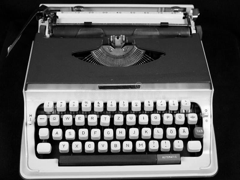 Geïsoleerde uitstekende hand draagbare schrijfmachine stock afbeelding