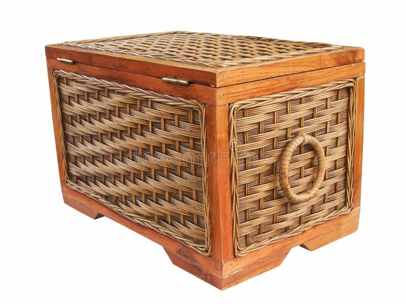 Geïsoleerde uitstekende rotandoos of houten doos met het knippen van weg stock afbeelding