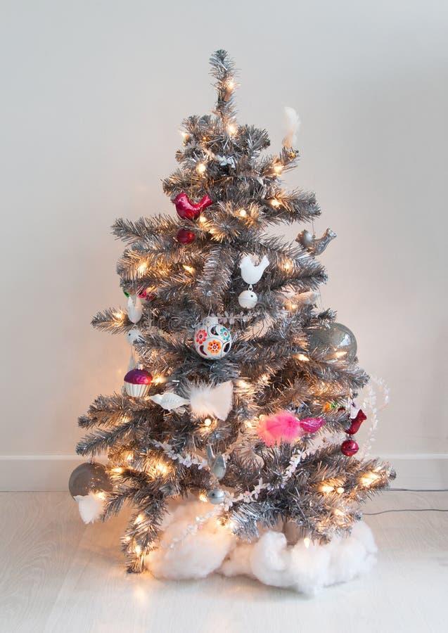 Geïsoleerde verfraaide Kerstmisboom royalty-vrije stock fotografie