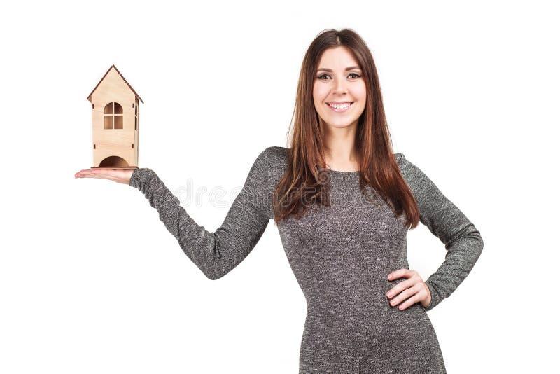 Geïsoleerde vrouw met huis in haar handen stock fotografie