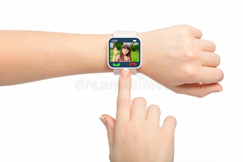 Geïsoleerde vrouwelijke handen met smartwatch videovraag royalty-vrije stock fotografie