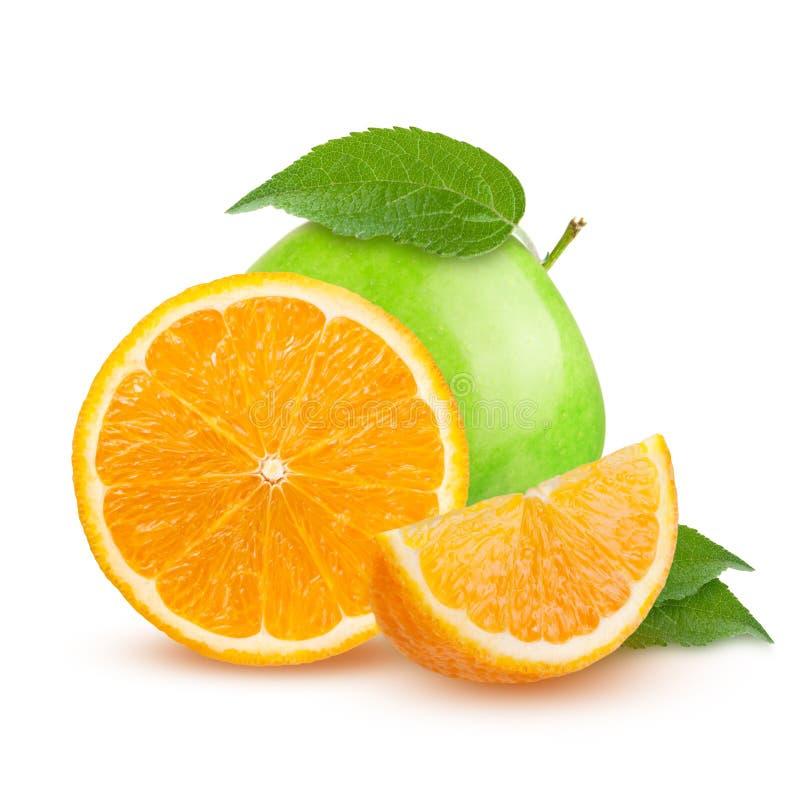 Geïsoleerde vruchten Besnoeiings groene appelen en oranje die vruchten op witte achtergrond met het knippen van weg worden geïsol stock foto's