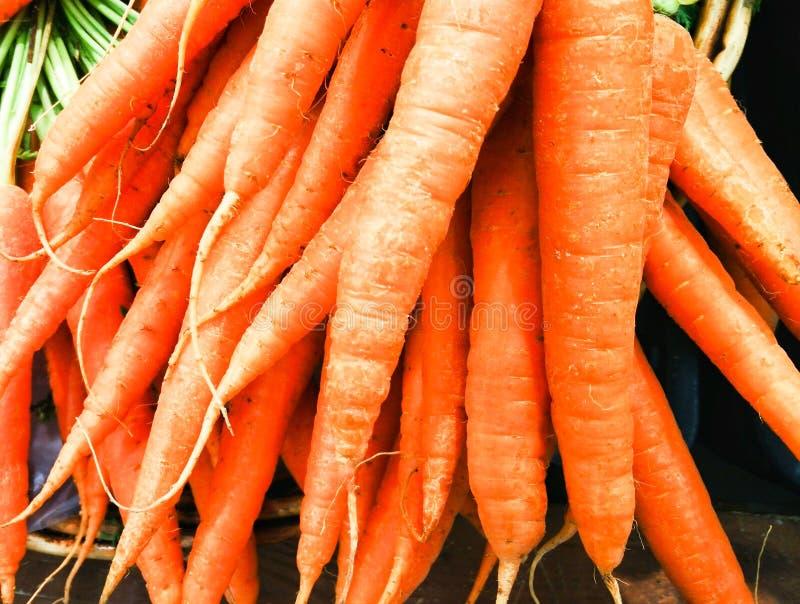 Geïsoleerded wortelen Heel wat wortelen op de teller stock afbeeldingen