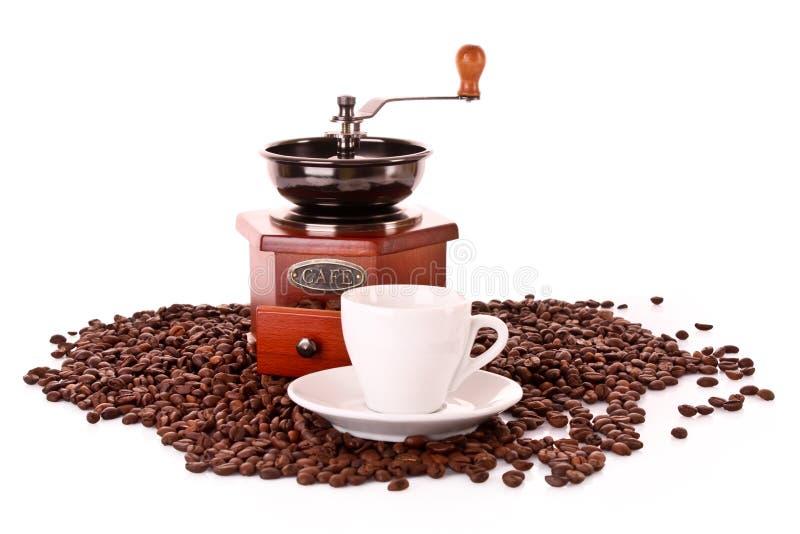 Geïsoleerdei koffiemolen en kop stock foto