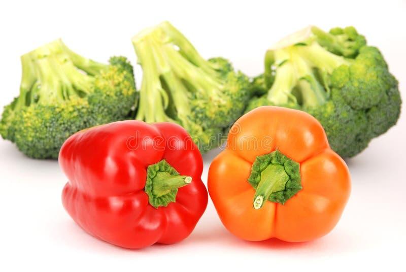 Geïsoleerdel broccoli en kleurrijke peper stock afbeelding
