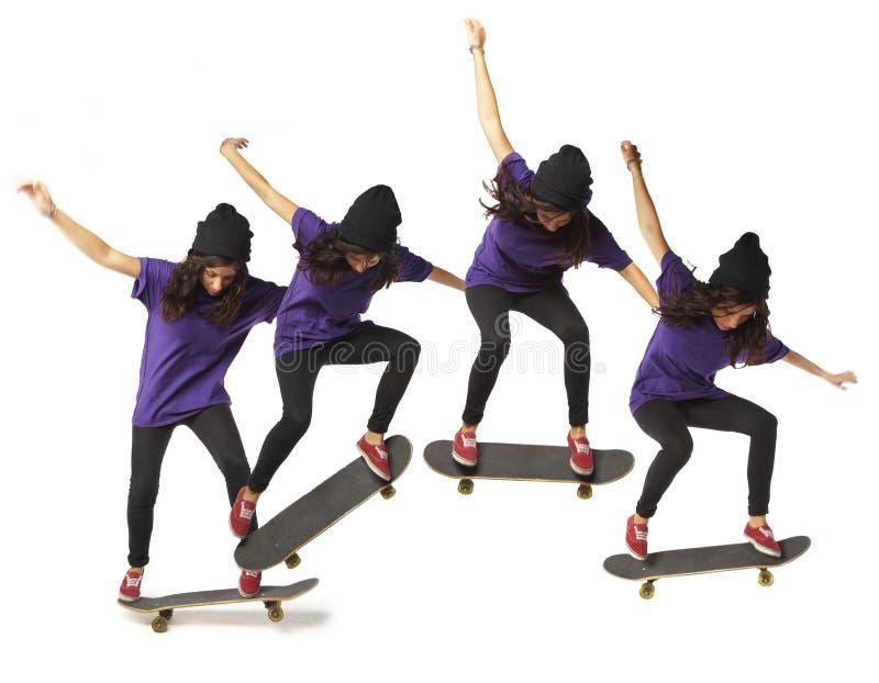 Geïsoleerdet de vrouw van de de sprongopeenvolging van het skateboard stock afbeelding