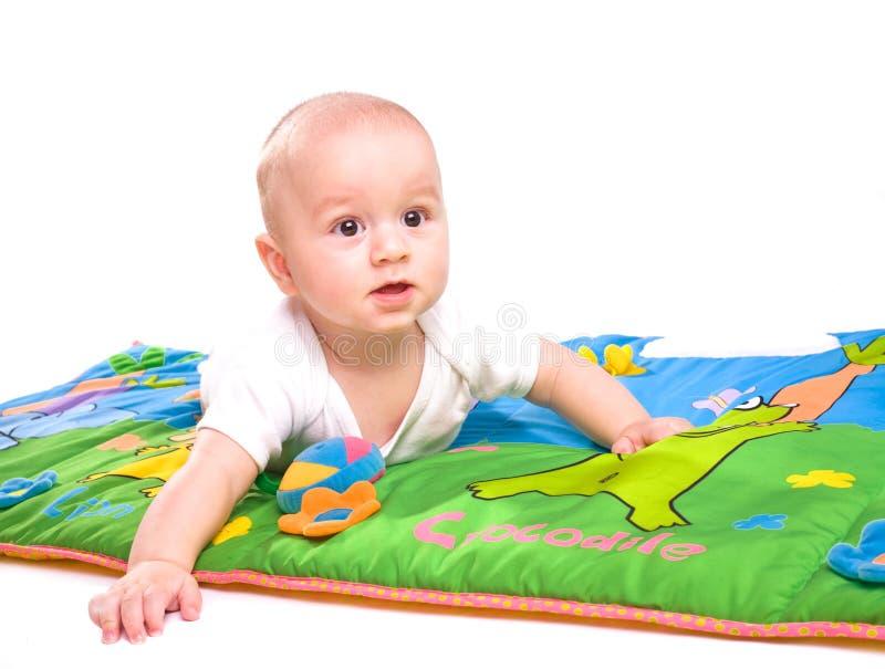 Geïsoleerdj spelen van de baby stock foto's