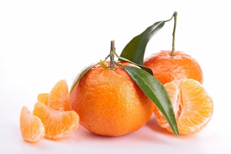 Geïsoleerdn clementine en blad royalty-vrije stock foto