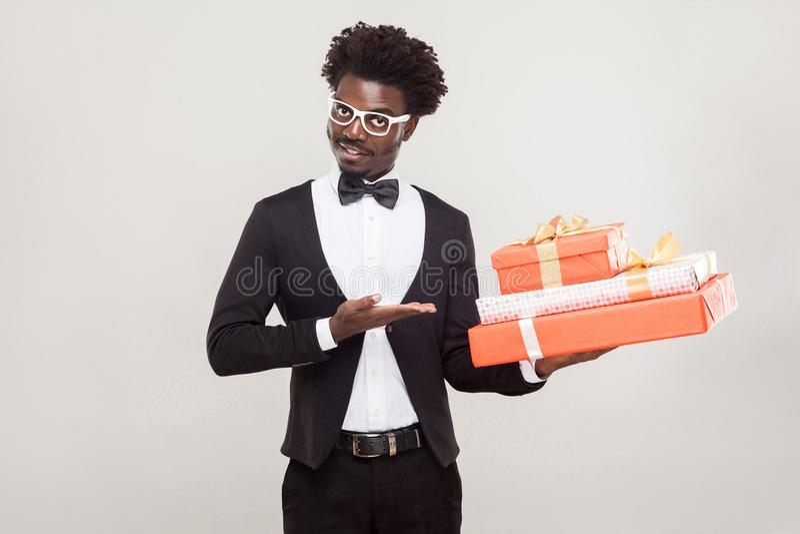 geïsoleerdn op witte, selectieve nadruk Afrikaanse zakenman die hand richten op rood stock afbeelding