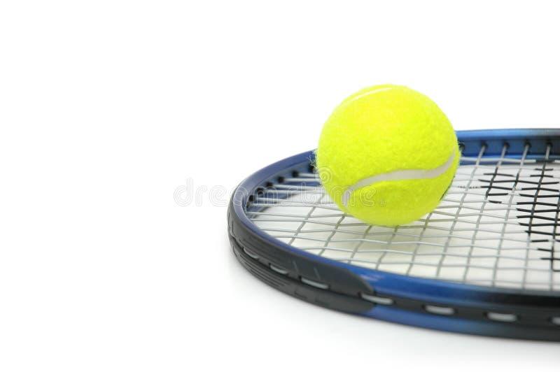 Geïsoleerdn tennis en ballen stock afbeeldingen