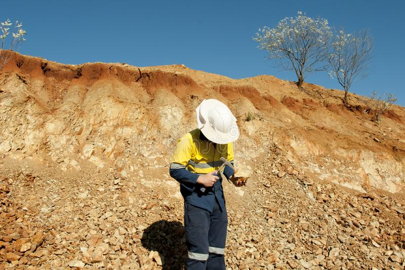 Geólogo Hammering Rocks - Austrália fotografia de stock