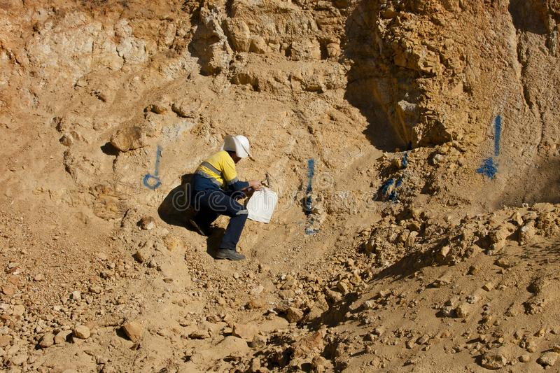 Geólogo Sampling Rocks - Austrália imagem de stock royalty free