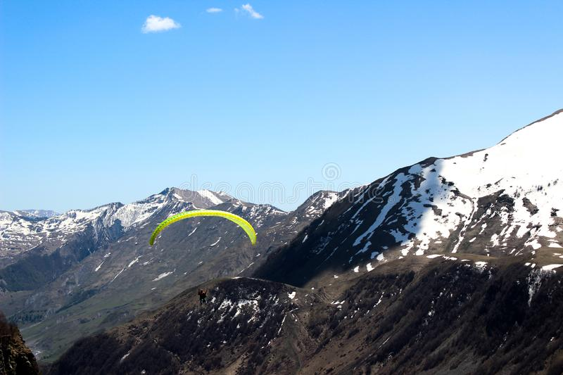 geórgia Gudauri Paisagem Skydiver entre as montanhas imagem de stock
