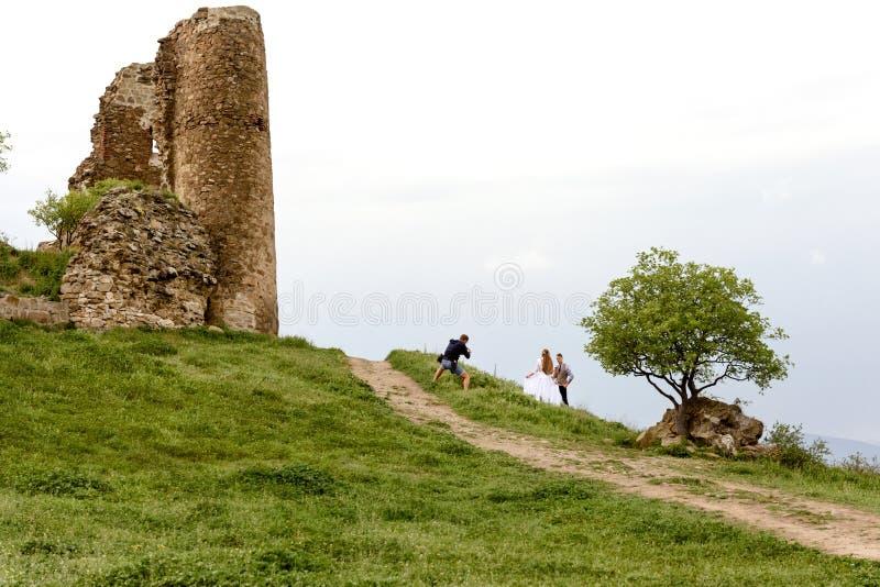 Geórgia, Mtskheta - maio, 02 2019: ruínas da torre do monastério fotografia complexa de Jvari e de casamento contra o contexto imagens de stock royalty free