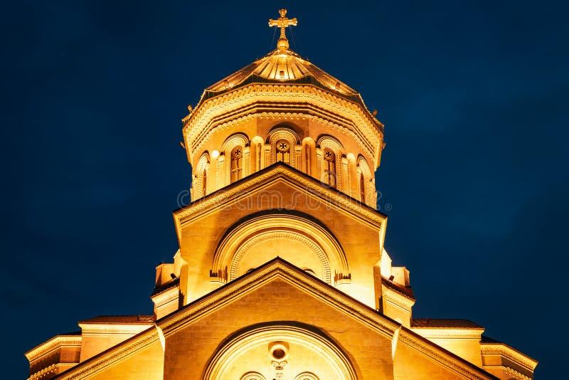 Geórgia, Tbilisi - 05 02 2019 - Catedral do othodox de Sameba da trindade santamente Opinião da noite - close up imagem de stock