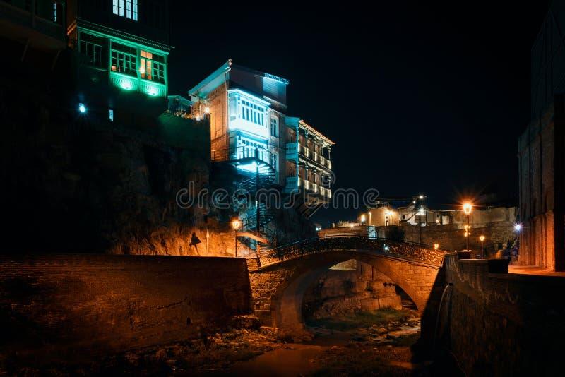 Geórgia, Tbilisi - 05 02 2019 - Foto da noite em Abanotubani, distrito dos banhos do enxofre ao lado da mola de água do enxofre n imagens de stock royalty free