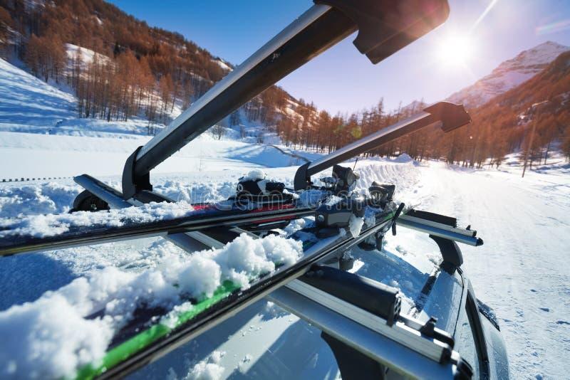 Geöffnete Autodachschienen mit zwei Paaren Skis stockfotos