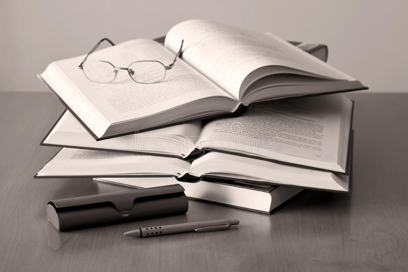 Geöffnete Buchfeder und -gläser lizenzfreies stockfoto