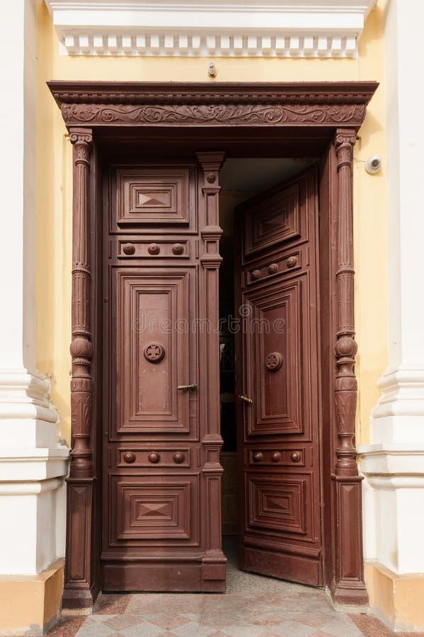 Geöffnete Holztüren stockbilder
