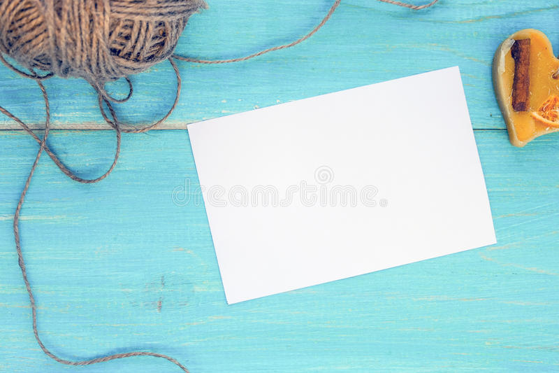Geöffnete leere Grußkarte auf einem blauen hölzernen schäbigen Hintergrund mit Herzen und ein Strang des Threads Modell flach stockfotos