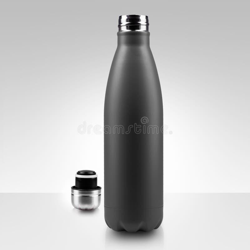 Geöffnete rostfreie Thermo Wasserflasche, Nahaufnahme lokalisiert auf weißem Hintergrund stockbild